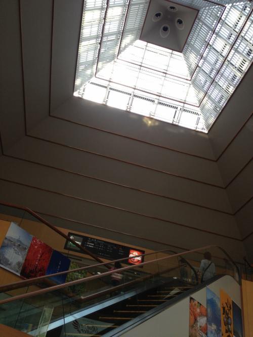 1階から吹き抜けを見上げています。