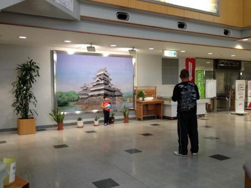 1階中央。松本城の絵あり。記念撮影ポイント!