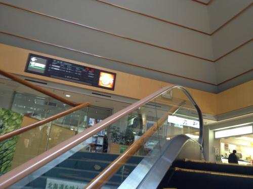 さ〜1階から2階へ。某番組ならエレベータのテーマが流れるシーンですね。