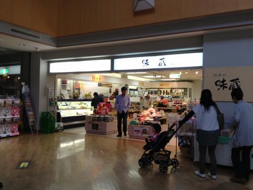 2階出発ロビーの売店。隣にはレストランと、無料休憩所があります。