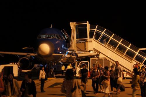 早朝9:30に成田を出てホーチミンへ。<br /><br />ホーチミンのタンソンニャット国際空港で乗り換え、ベトナム航空815便でシェムリアップへ。<br /><br />シェムリアップ空港は小さく、タラップを降りたら到着ロビーへは自分の足で歩いで移動します。