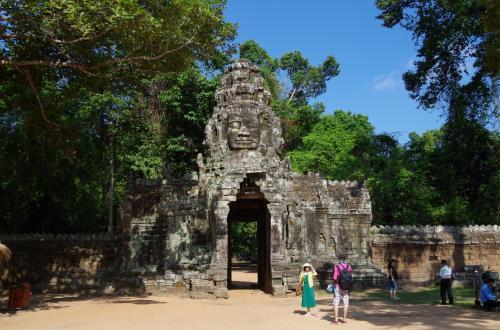 いよいよ最初の見学地点、バンテアイ・クデイに到着。<br /><br />石造りの門、門の上に彫られた仏の顔<br /><br /><br />わくわくしてきました。<br /><br />この寺院は、12世紀にジャヤヴァルマン7世により作られた寺院だそうです。