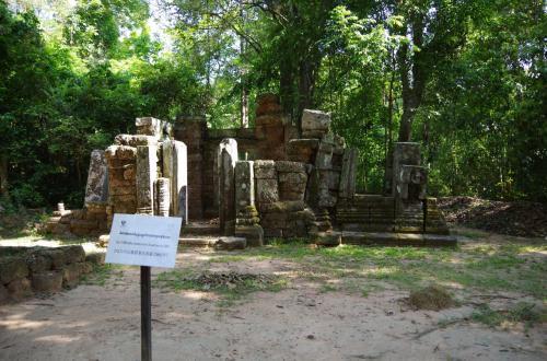 ここで、上智大学の修復チームが2001年に274体の仏像を発掘しました。<br /><br />地下に眠る仏像たち。<br /><br />ジャヤヴァルマン7世は、多くの仏教寺院を作り、ヒンドゥーとの共存を図りましたが、ジャヤヴァルマン7世の死後は廃仏毀釈が起こり、ジャヤヴァルマン7世が作った仏像ははかなくも破壊されていったそうです。<br /><br />しかし、ここには破壊されていない、きれいな状態の仏像が274体も地下に保存されていました。当時の村人たちは仏を守るために隠したものではないか、などといわれているそうです。