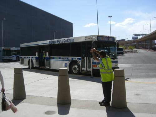 荷物をピックアップし、レンタカーセンターへはシャトルバスで向かいます。