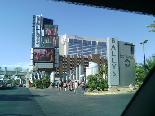 BALLY'Sのエントランス入り口。<br />ストリップの通りは人がいっぱい。