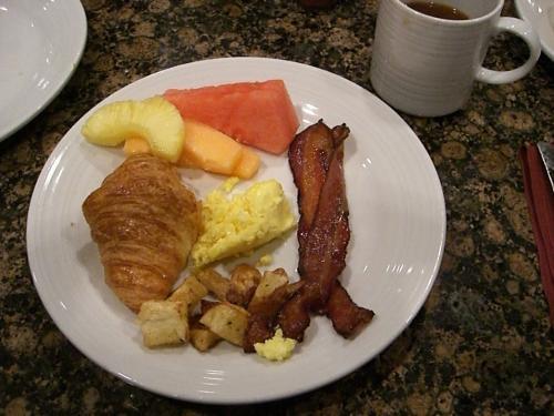 2日目(金)の朝食は、BALLY'Sの朝食バフェ。<br />かりかりのベーコンとポテトが美味しい。<br />
