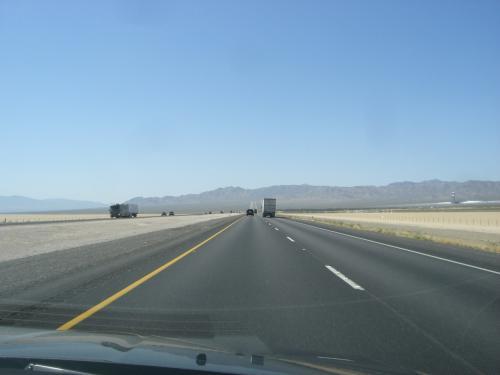 高速15号を南へ走りファッションアウトレットへ。<br />ファッションアウトレットのあるPRIMMを過ぎて、砂漠の直線10マイルを走ってみました。