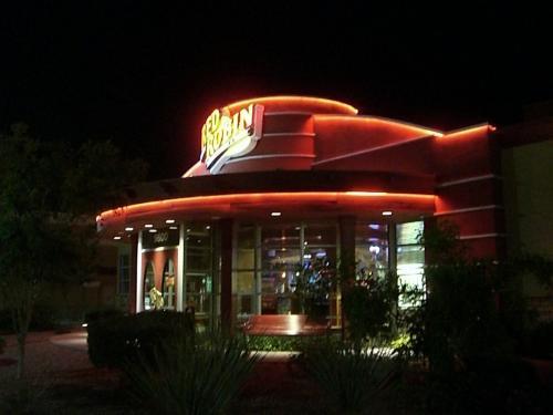 夜、地元のレストランへ。<br />フィッシュ&チップスの美味しい、RED ROBIN。<br />