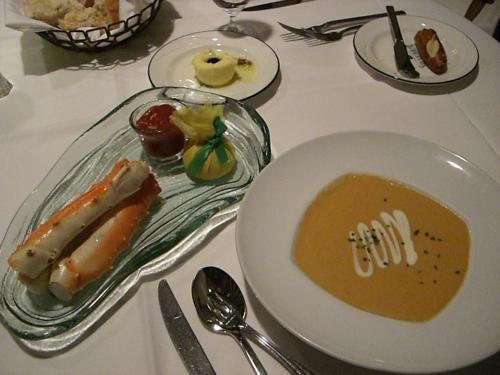 夕食はバリーズのステーキハウスへ。<br />前菜のアラスカンキングクラブとスープはロブスタービスク。<br />