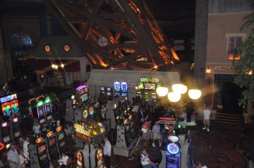 食事の後で、エッフェル塔の展望台へ。<br />日曜のせいか、結構混んでいました。<br />展望台へ登るエレベーター待ちの間に、歩道橋からカジノを撮ってみました。