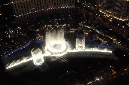 噴水ショーが始まりました。<br />エッフェル塔から見下ろす噴水ショーも良いですが、音楽がほとんど聞こえないのがちょっと残念。