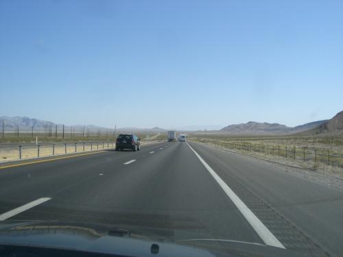 5日目(月)<br />バレーオブファイヤーまでドライブです。<br />高速15号を北へ走ります。