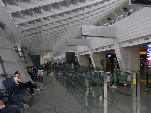 12:45、第1ターミナル到着。<br /><br />ゆったり座れるこのあたりで<br />まずはお弁当を。<br />