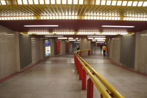 ミラノ中央駅からドゥオモ駅は黄色い銀座線で1本。