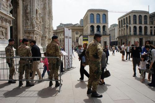 ドゥオモの入場はちょっと厳しめ。<br />軍人さんが警備中。<br />ついでにミサンガ詐欺、取り締まってよ。