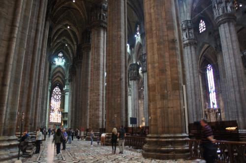 とにかく天井画高く、柱が多いのにビックリしました。<br />外から見るよりも断然大きいです。<br />そして石造りだからか寒い!