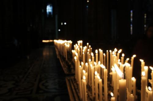 蝋燭の火がどこまでも続きます。。。