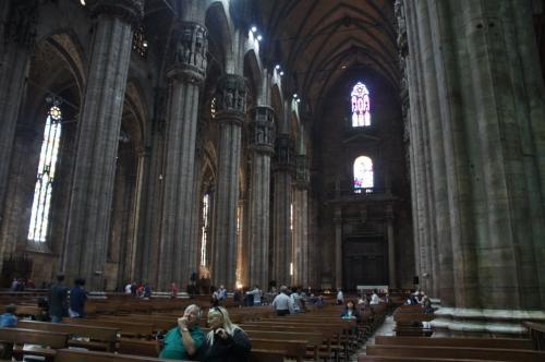 静まり返った石の教会。