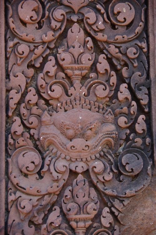 柱に掘られた彫刻。<br /><br />この首より下がない神って、カーラって言ってたっけな。<br />もう忘れちゃった。