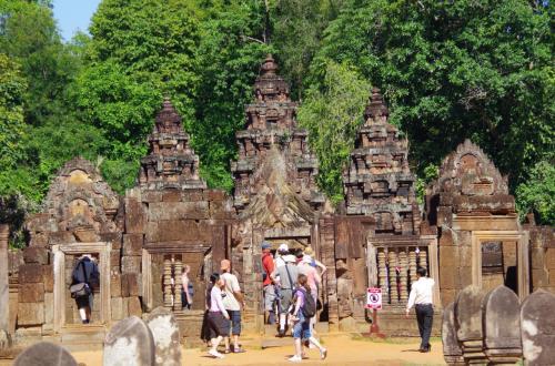寺院正面より。<br /><br />今まで見た寺院群の中でも、もっとも小さくいい感じにまとまった寺院でした。