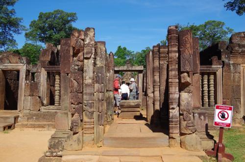 さらに順路を進みます。<br /><br />このような柱にもきれいな彫刻が残っていました。