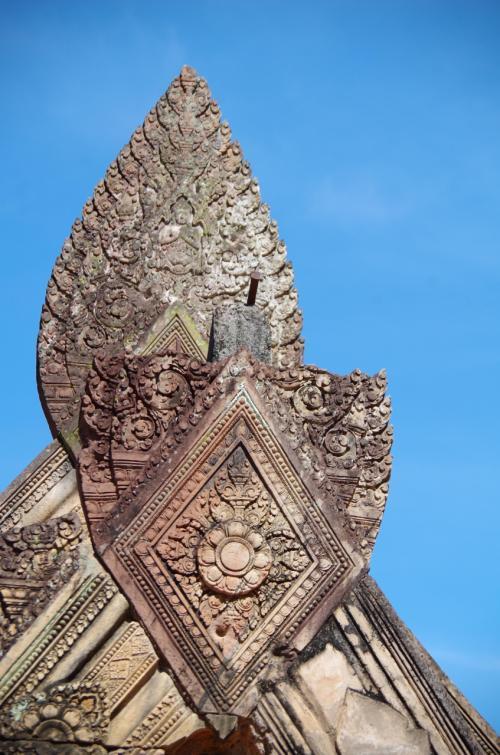 この寺院は、いくつも非常にきめの細かい彫刻があり、小さい寺院なのにたくさん写真を撮ってしまった。