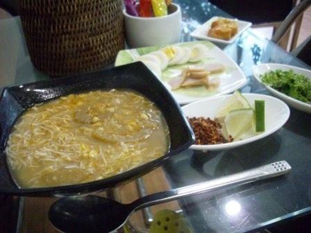 これが、後日空港のレストランで食べたモヒンガーです。<br />自分で具をいれるスタイルです。
