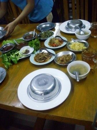 ミャンマー料理のレストランは、とにかく突き出しが多いみたいで、お代わり自由だとか。してないのでわかりませんが。
