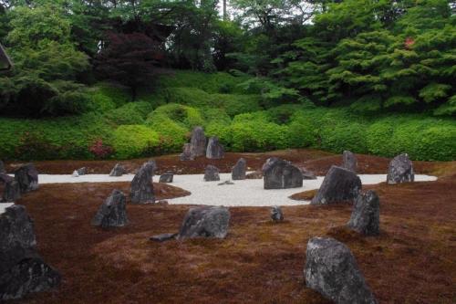 方丈前から波心の庭<br /><br />仏三尊石と羅漢石が並ぶ<br />重森三玲作庭の波心の庭<br /><br />三尊石<br />とは<br />釈迦・阿弥陀・薬師如来<br />また<br />大小の石は羅漢を表すとか<br /><br />