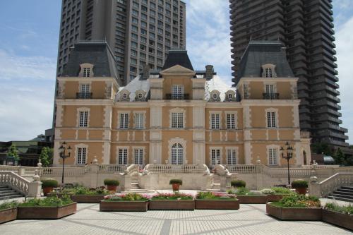ガーデンプレイスにはヨーロッパ風な建物も。<br />こちらは世界的に有名なレストラン「ジョエル・ロブション」