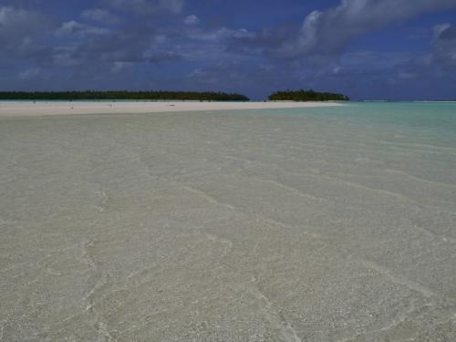右の小さな島がワンフット島