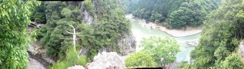 普通に撮ると両方入らないので、ちょっと欠けているけどパノラマ写真にしてみました。<br />左側の細い川が清滝川、右手が保津川です。