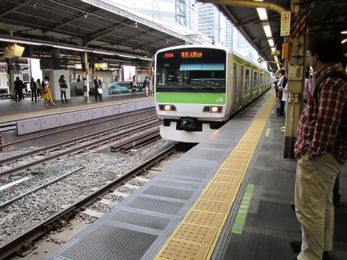 新橋駅山手線内回り電車