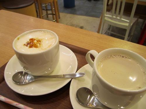 上野駅ナカのUPCAFEで。ミルクコーヒー