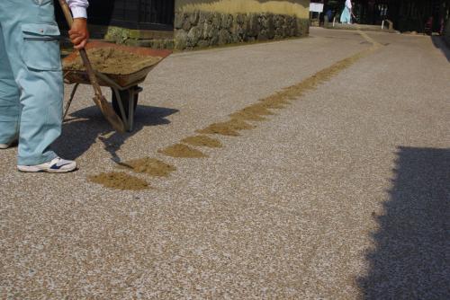 <br />作業員さんがスコップで砂を歩幅間隔に置き・・・<br /><br /><br /><br />