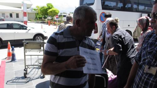 シャトルサービスの運転手さんが待ってくれています。<br />ギョレメのホテルまで25リラ(1300円あまり)でした。