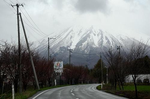 ≪道の駅にしね≫を出た後は、岩手山南麓へ向かうべく国道282号線を南下。<br />滝沢村からは岩手県道278号線で、西の雫石(しずくいし)へ。<br /><br />ここで天候が回復すれば、同じ雫石にある小岩井農場へ行くことも考えたんでしょうが、この通りのお天気。<br />日本気象協会tenki.jpの桜開花予報でも、小岩井農場の一本桜の開花は遅れていたし、やっぱり行くのは止〜めたっと。<br /><br />今後のお花見前には、下記の日本気象協会tenki.jpのサイトで要チェック。<br />日本全国、都道府県別の有名な桜開花情報も載っていて便利です。<br />http://season.tenki.jp/season/sakura/
