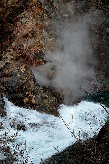 鳥越の滝(とりごえのたき)のあたり一帯の葛根田渓谷(かっこんだ・けいこく)の崖からは、滝ノ上温泉の湯煙が、滝壺の水煙と一緒に湧き上る。<br /><br /><br />葛根田川の下流方向を見ると…、<br /><br />