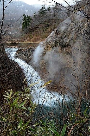…葛根田渓谷(かっこんだ・けいこく)と、落差30mという鳥越の滝(とりごえのたき)。<br />この滝は、雫石十景の一つなんだそう。<br /><br /><br />お!(◎◇◎) なるほど、結構見応えのある風情よしの眺め。<br /><br />白く崖にかかって見えるのは、滝の水煙ではなく温泉の湯煙。<br />このちょっと上流に、その名のとおりの滝ノ上温泉や、さらに岩手県道194号線の西の外れには葛根田地熱発電所があるんです。<br /><br />まずは、この渓谷と滝の眺めをご紹介。