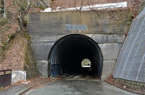 葛根田川(かっこんだ・がわ)に沿った岩手県道194号線を遡ると、滝ノ上温泉手前にある滝ノ上トンネル。<br /><br />これは、一度くぐり抜けて、来た方向を見た様子。<br /><br />このトンネル脇にはちょっとした展望台風スペースがあって、そこから見えるのは…、