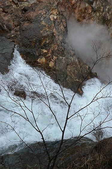 葛根田川(かっこんだ・がわ)上流の葛根田渓谷。<br /><br />その渓谷を流れ落ちる鳥越の滝(とりごえのたき)の落ち口を見下ろしてみた。<br />雪解けで水量が増えているのか、轟々と流れ落ちる様子が思っていたより見応えあり。<br /><br />これが、もう少し暖かくなった時期なら、木の葉が邪魔してよく見えなかったに違いない。<br />今日は寒いけれど、ラッキーな眺め!