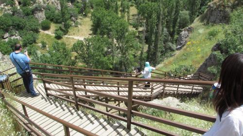 谷底へ下るのも階段なので楽です。
