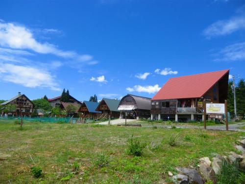 「ひるがの高原」(写真)は標高900mの高地にあり、天気の良い日にはさわやかな高原の風が吹く。周辺には別荘が多い。<br />