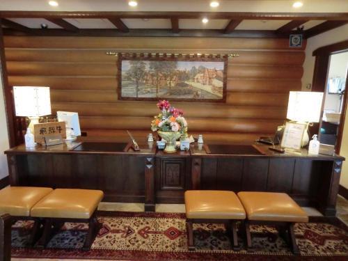 全客室は36室(2階3室、3階17室、4階16室)と少なく、フロント(写真)では着席してチェックインをする。<br />