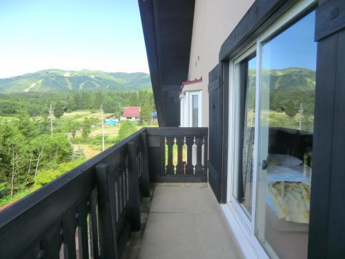 客室のバルコニー(写真)は十分広く開放感いっぱいの造りになっている。晴れた日には大日岳が見える。<br />