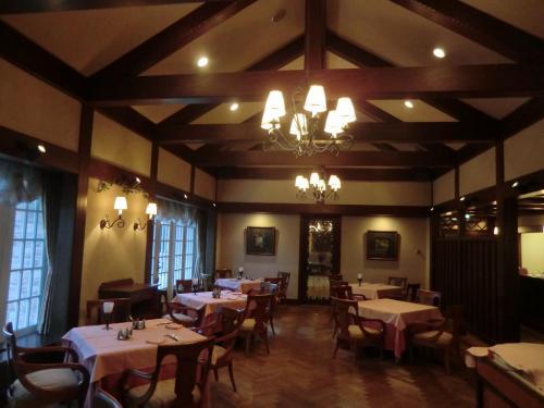 さて、今夜の夕食は創作料理レストラン「パンドール」(写真)にて6000円相当の料理を頂く。5000円の料理「白樺」のグレードアップバージョンという。期待しよう。<br />