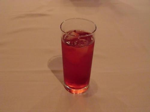 食事の前のドリンク「ブルーベリーカシス」(写真)、オーナーにはドリンク1杯の無料サービスがある。<br />