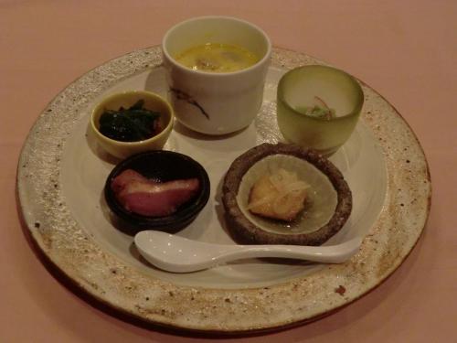 【オードブル】フォアグラロワイヤル、合鴨ロース、白身魚の南蛮漬け、蛸と蔓紫(ツルムラサキ)のお浸し、うすい豆腐:  フォアグラロワイヤル(フォアグラの入った茶碗蒸し)はここの名物料理でうまい。その他の料理もGood。<br />