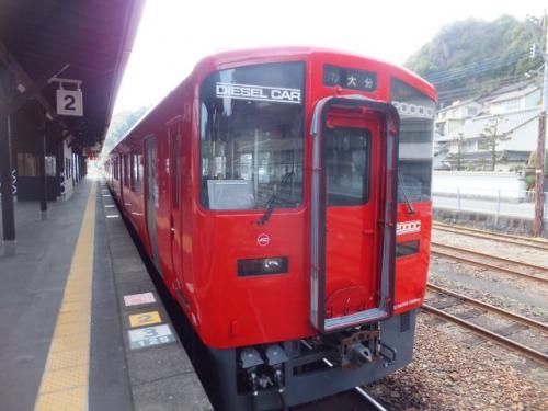 豊後竹田駅からは真っ赤な豊肥本線の車両に乗車して大分へ向かいます。