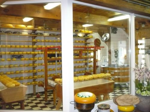 ここではチーズの作り方の説明があり試食も出来ます。ここのチーズは常温で保存可能。スーツケースに入れて日本へ持ち帰れると言う事でツアーの皆さん購入です。もちろん私も!